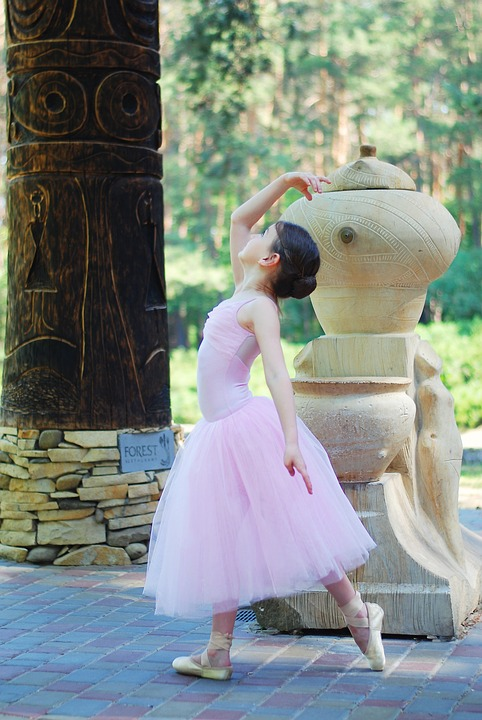 fetita care danseaza balet